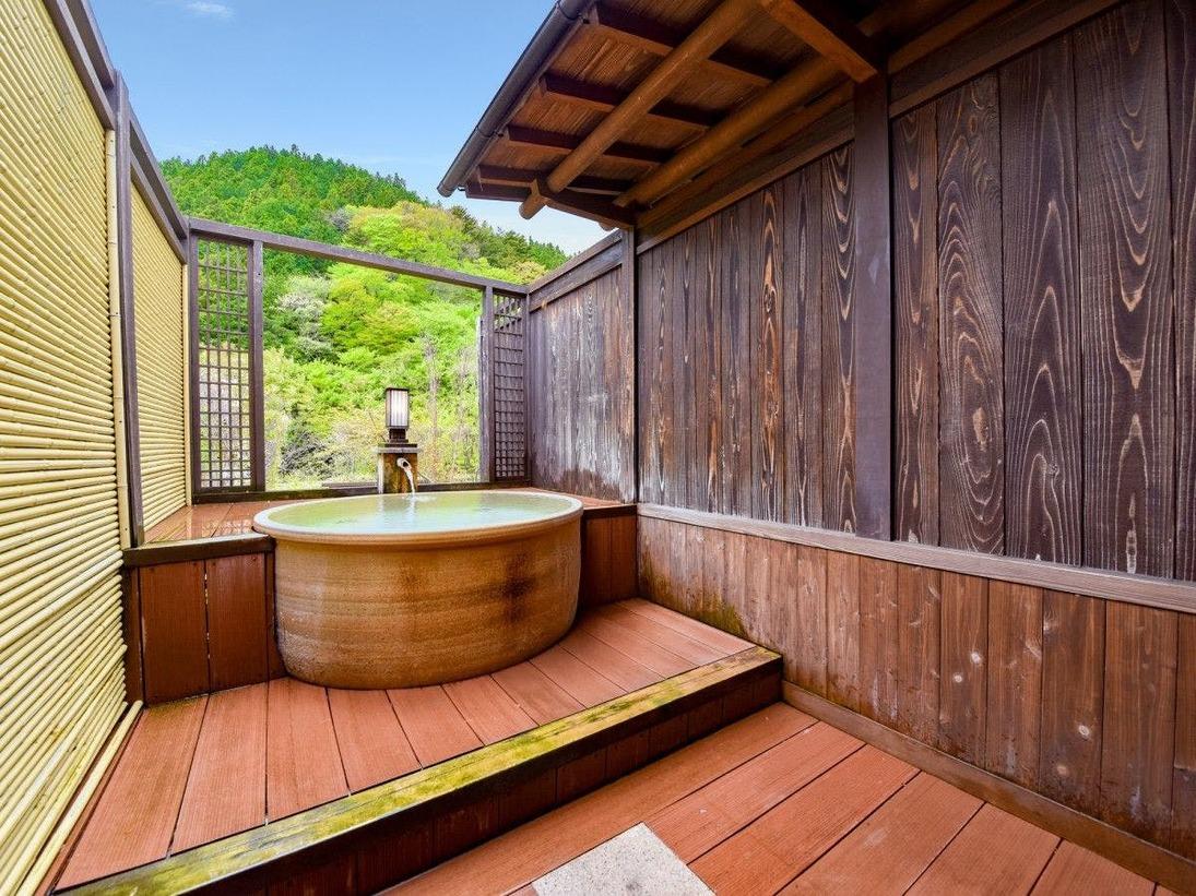 *樅-momi-/趣あふれる信楽焼の露天風呂です。お部屋からもお風呂からも自然の山々を眺めてていただけます。また眼下には翡翠色の四万川の渓流が広がっております。