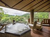 露天風呂付スイートBタイプ(約60平米):開放的な雰囲気の露天風呂。夜は星を数えながらのんびりと、源泉かけ流しの湯をお愉しみくださいませ、
