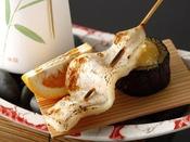夏会席「月舟」:焼物(杉板奉書焼き/甘鯛の西京漬けと長州茄子のゆずみそ田楽の名産を盛り込んだ一品/一例)