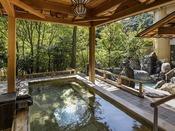 温泉大浴場(1階せせらぎの湯):檜露天風呂。山の緑とせせらぎを感じながら、手足を伸ばしてお寛ぎくださいませ