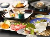 夏会席「月舟」:鯛、烏賊、縞アジなど日本海の海の幸に、野菜の旨味たっぷりの出汁で頂く和牛シャブ。彩り豊かな旬の味わいを、お楽しみくださいませ。