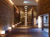 メインダイニング「瑞雲」:周囲の自然と素材感を大切にした大人のムードを大切にできる場所。石造りの廊下は、これから始まる夕食時間を盛り上げます。