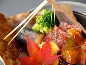 秋会席/夕霧:和牛のほう葉焼き。お肉と野菜の旨味をほう葉みそでどうぞ