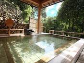 【温泉大浴場】1階せせらぎの湯。季節をすぐそばに感じる露天風呂。四季折々のくつろぎをどうぞ。