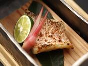 秋の特選会席「星月夜」:長門から萩にかけての日本海で水揚げされる新鮮な甘鯛。淡泊な白身の中からその名のとおり旨みがじっくり広がります。地元ならではの味わいをご堪能くださいませ。