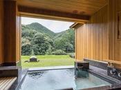 山側・露天風呂スイートB:山々の豊かな緑が視界に広がる露天風呂。心地よい風が頬と通ると、日常を忘れさせてくれる時間がはじまります。源泉かけ流しの湯を心ゆくまでどうぞ。