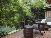 川沿い露天風呂付ガーデンスイートA(約75平米)ベッドに横になりながら、季節を感じて頂ける客室。音信川をすぐそばに感じる露天風呂とテラス時間は、このお部屋ならではのひとときでございます。