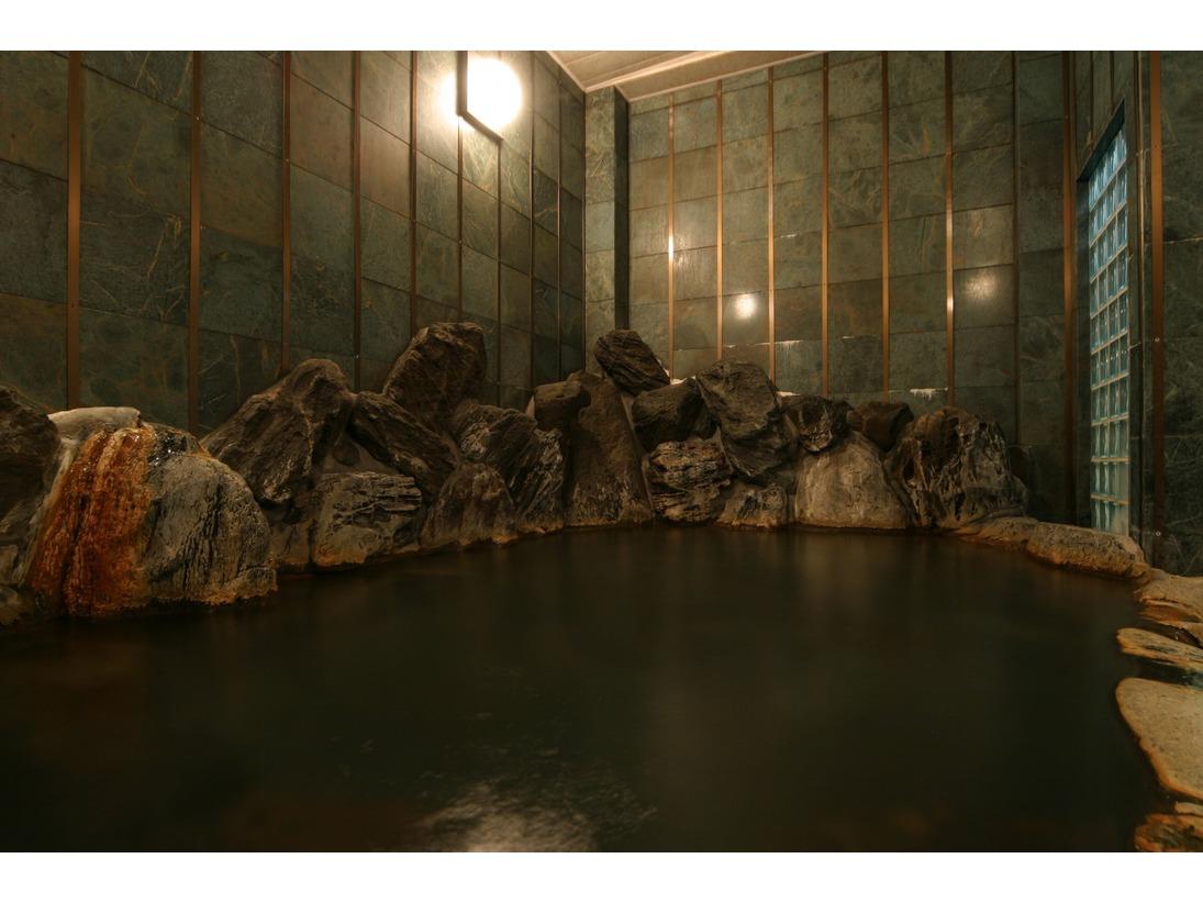 本館・岩風呂:自家源泉溢れる岩風呂