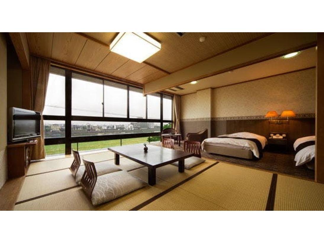 長良川一望の和洋室鵜飼の季節には お部屋から鵜飼の情景をお楽しみいただけます和室12畳+ツインベッド