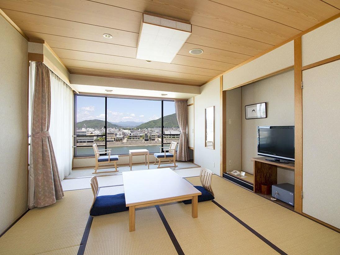 長良川一望の和室 10帖鵜飼の季節は部屋から遠めですが鵜飼の情景をお楽しみいただけます