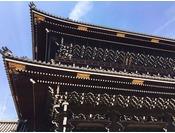 【東本願寺】京都駅前、大きな山門が目印。