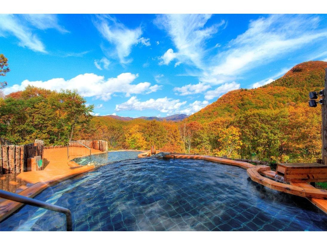 つるすべ度抜群の美肌の湯。「眺望の湯」は越後の山々を望む雄大な景色をお楽しみいただけます。