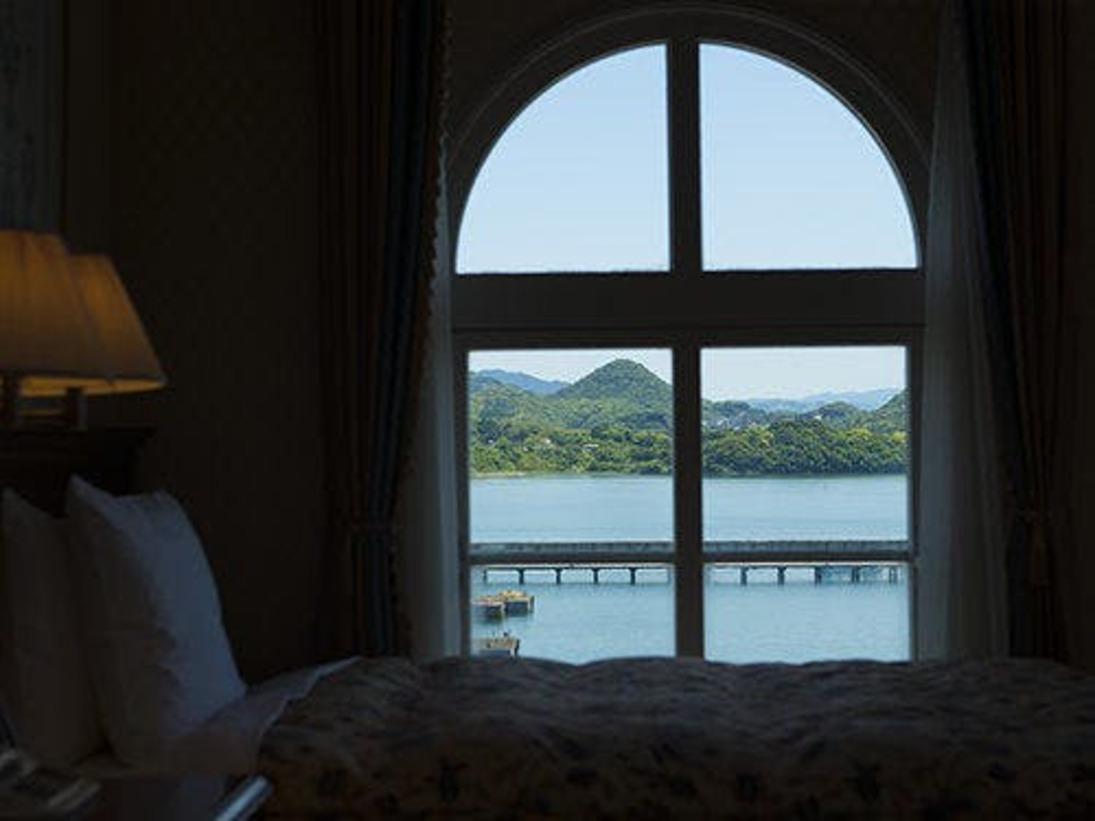 【海側】お部屋から大村湾を眺めるデラックスハーバービュールーム
