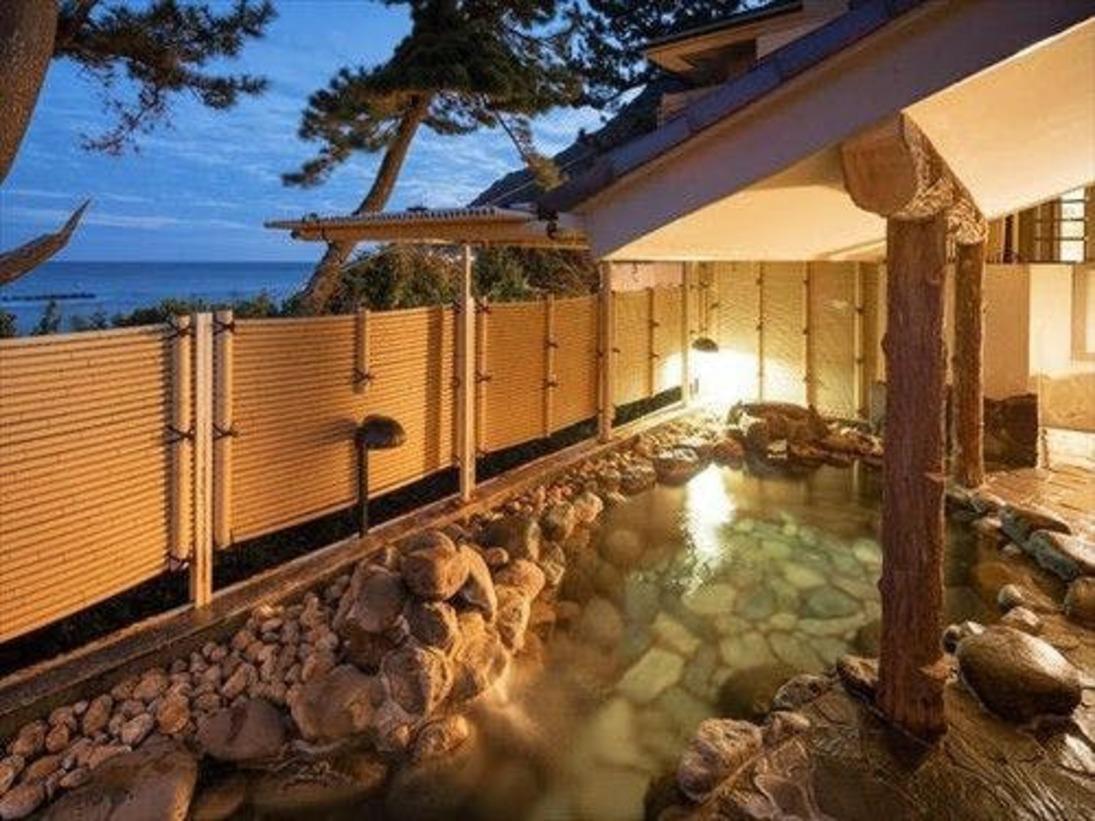 趣異なる岩の露天風呂。こちらからも海や星空をご覧いただきながらの湯浴みをお楽しみ頂けます。