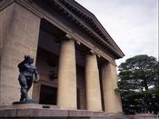 大原美術館入口:ロダン作『洗礼者ヨハネ』「写真提供:大原美術館」