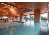 天井、壁、柱すべて檜造りの豪華設計の大浴場『下留の湯』