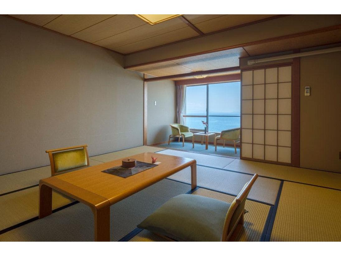 海向き側の和室10帖のお部屋からは 海を眺める事が出来ます。