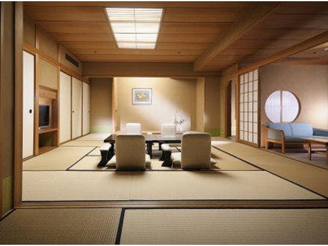 『臨川閣』和室12.5畳と6畳の広々二間付きタイプ。高野槇の温泉風呂と下呂の自然風景を見渡せるバルコニー付き。