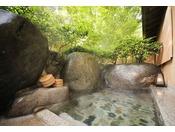 離れ『青嵐荘』。山から吹き抜ける風が心地よい野天風呂は1階客室限定。