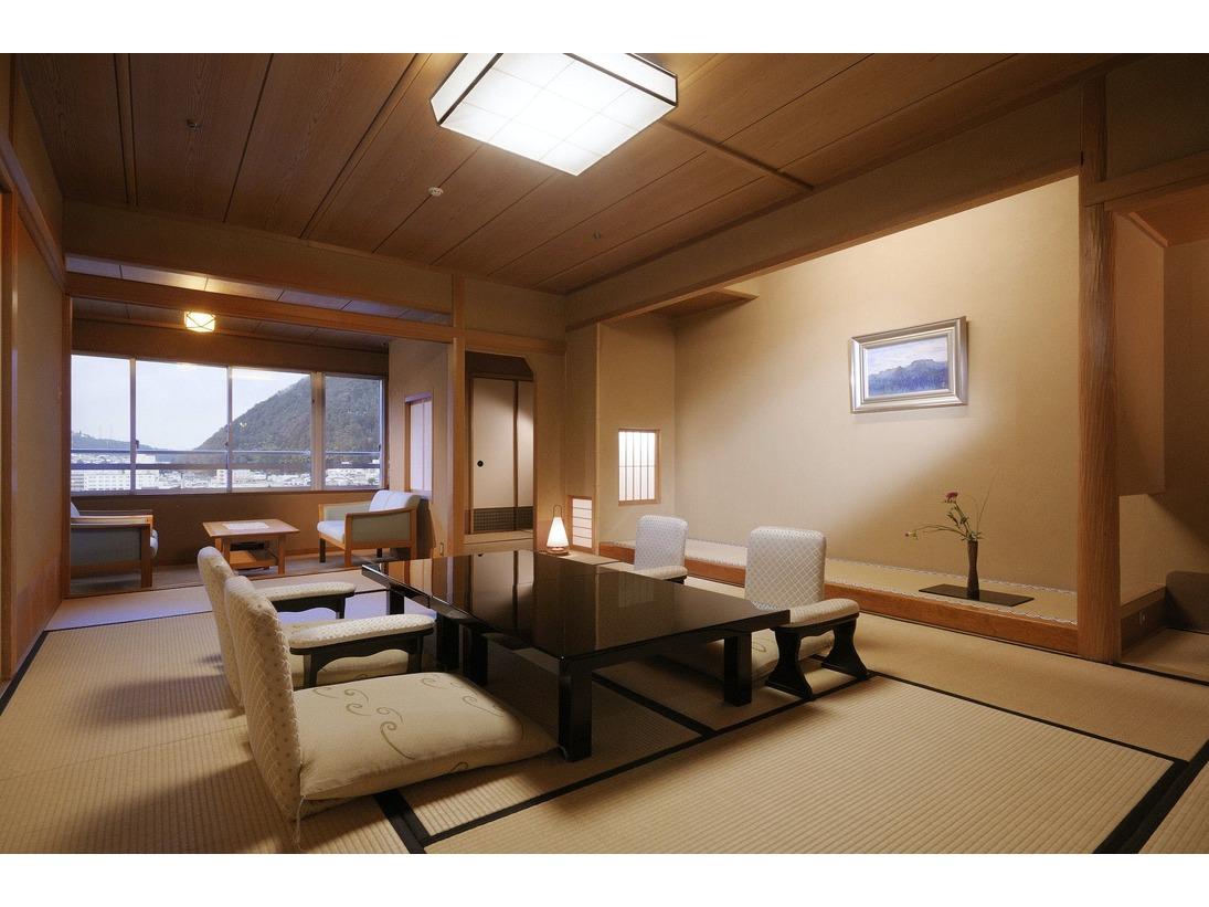 『臨川閣』12.5畳の和室。高野槇の温泉風呂と下呂の自然風景を見渡せるバルコニー付き。
