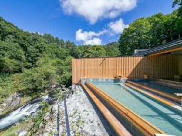 『棚湯』では滝の湯川の渓流が間近に。