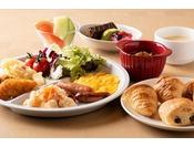 朝食では和洋のバイキングを用意しております。