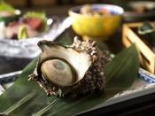 伊豆下田沖で採れる400g以上の特大サザエ「下田S級サザエ」付きの会席料理です。