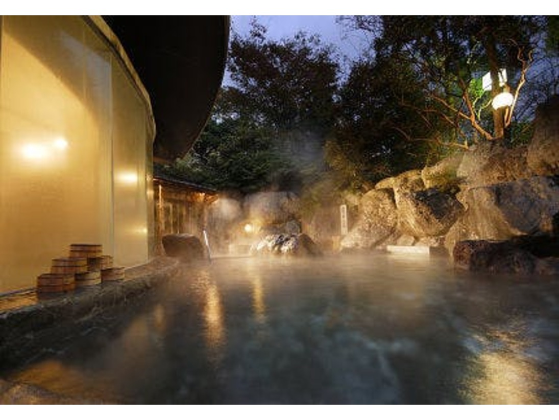 飛騨の山から吹き抜ける夜風が心地よい、巨岩に囲まれた野天風呂『龍神の湯』