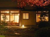 離れ『青嵐荘』。四季折々に表情を変える日本庭園。