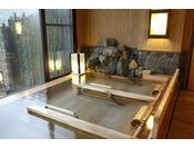 【大浴場】檜湯。リラックスした姿勢で檜の香りを楽しむ。