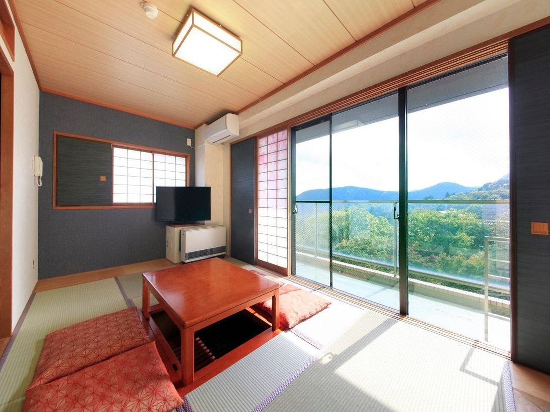 【お部屋】和室48平米・二間(全室キッチン・電子レンジ・冷蔵庫付き)窓からは雄大な山々を臨めます。大浴場は強羅温泉かけ流し!(お部屋のお風呂は温泉ではございません)