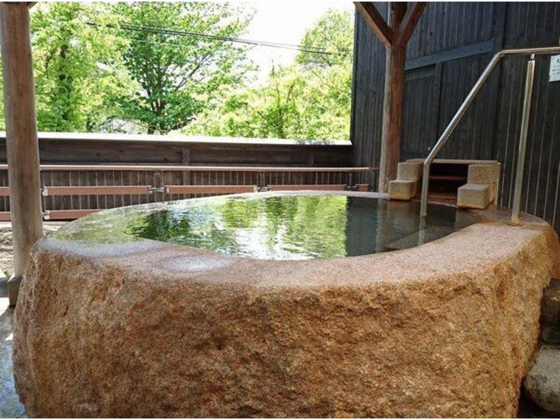 【大浴場】源泉かけ流し山桜桃の湯の大浴場には、17種類の浴槽がございます。