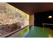 開口部から森の香りを全身で感じることができる、開放感あふれる大浴場。