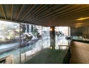 ダイナミックな滝を全身で感じることができる、開放感あふれる大浴場。