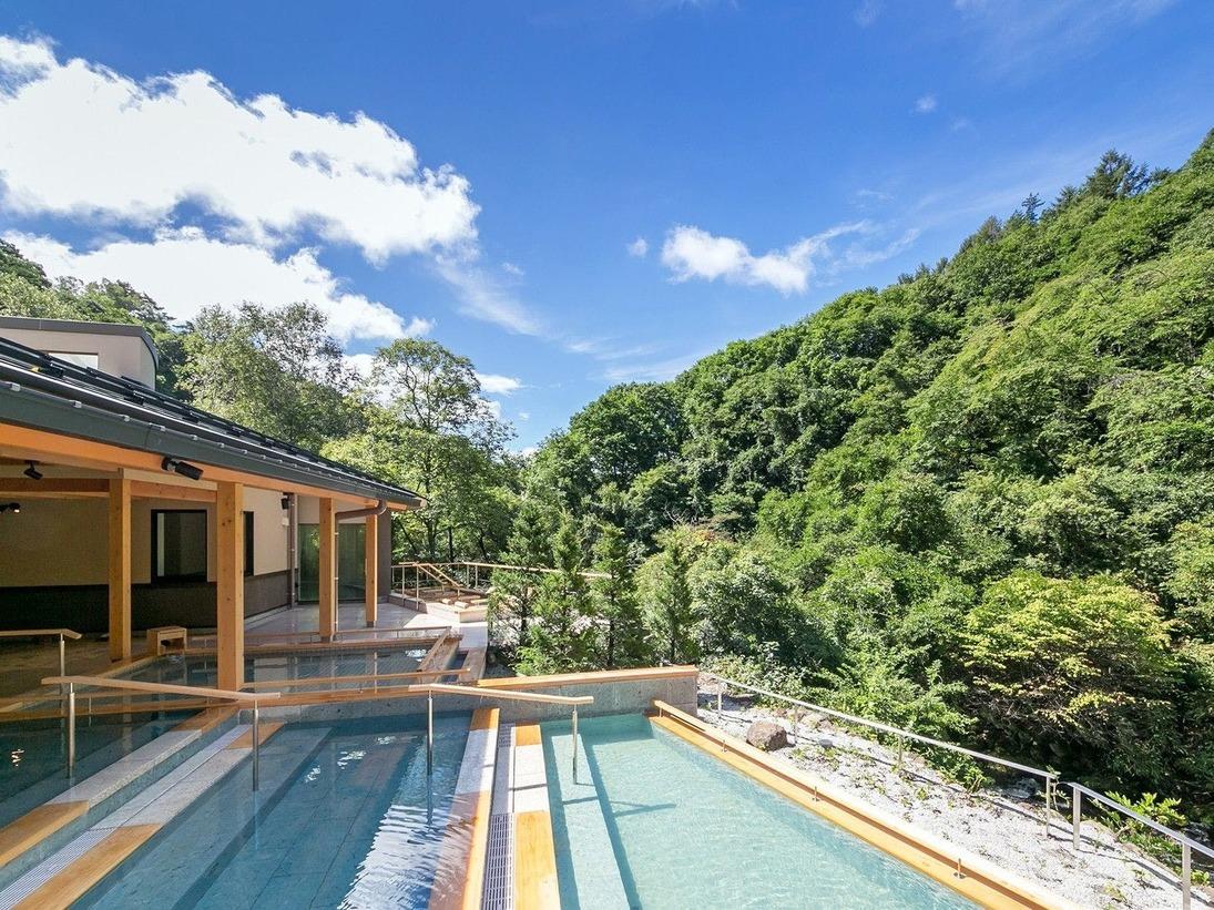 日和の湯滝の湯川の間近までせり出した湯船は、自然と一体化したダイナミックな入浴をお楽しみいただけます。