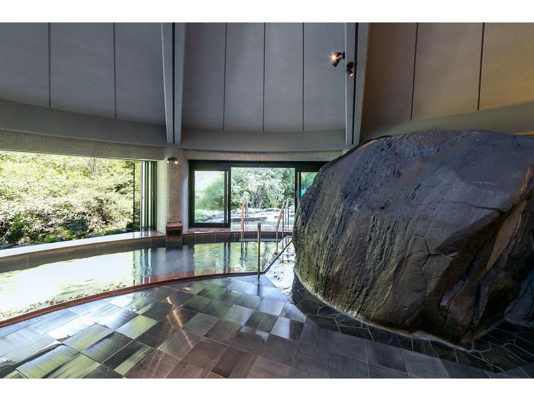 滝岩の湯蓼科の歴史が染みこんだ大岩が悠然と鎮座し、窓外に広がる蓼科の自然と一体となった景観美を演出します。外湯につながる窓は開放式となっており、内湯でありながら解放感が味わえます。