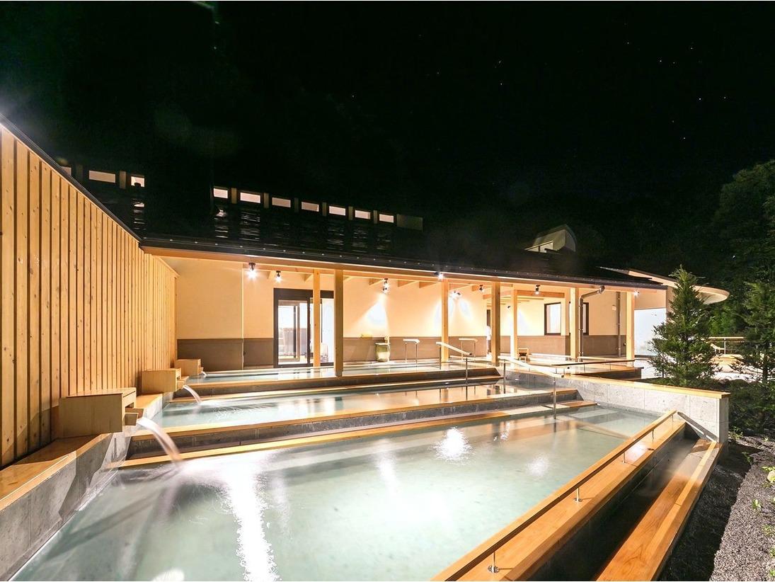 日和の湯滝の湯川の間近までせり出した湯船は、自然を一体化したダイナミックな入浴をお楽しみいただけます。