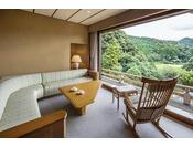 露天風呂付き 和洋室スイート(渓流側)広がる空に寄り添いながら続く山々の稜線。眼下には、音信川の渓流、少し遠くに目線をうつすと、おだやかな里山の風景が窓の外に広がる、渓流側に位置する露天風呂付きスイートルーム。