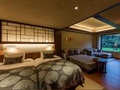 露天風呂付き プレミアムツイン(山側)客室は、コンパクトながらも空間美を意識した和の設えを基本に、足ざわりが心地よい琉球畳敷、寝心地のよいデュベ仕様の幅広ベッドなど、洋室の快適さを融合。