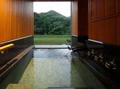 山側・露天風呂付プレミアムツイン(約45平米):気軽に露天風呂付き客室を利用したい…お客様の声より出来上がりました。四季折々に映ろう山の緑が目の前に広がるプレミアムツインルームに、源泉かけ流しの湯を存分に味わえる露天風呂をご用意いたしました。