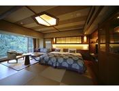 清流「音信川」を望む落ち着いた和室+洋室、そして露天風呂が付いたお部屋です。目の前に広がる山々と川のせせらぎ。豊かな自然と調和した「和モダン」をお愉しみください。