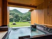 露天風呂付き プレミアム・スイートB(山側)ベッドから、ソファから。音信川に面した山間の自然を近くに感じるスイートルームに、源泉かけ流しの湯を何度でもお愉しみいただける露天風呂をご用意いたしました。