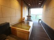 清流「音信川」を望む落ち着いた和室に洋室、そして露天風呂が付いたお部屋です。