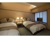 露天風呂付き 和洋室スイート(渓流側)約91平米の客室は、15畳の純和室とツインベッドルームの2間を持つ和洋室タイプ。ご家族やグループ旅にもおすすめでございます。