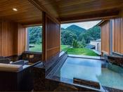 露天風呂付き プレミアム・スイートA(山側)音信川沿いの豊かな自然を近くに感じるスイートルームに、源泉かけ流しの湯を何度でもお愉しみいただける、露天風呂とテラスをご用意いたしました。