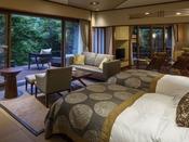 ガーデンスイートA(約75平米):音信川を近くに感じる露天風呂付スイートルーム。この客室のお楽しみは、木々の緑とせせらぎ。春から夏にかけて広がる深緑、秋は紅葉と季節の景観が視界に広がります。少し早めに到着されてゆっくりと部屋時間をお過ごしくださいませ。