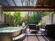 清流「音信川」を望む落ち着いた和室に洋室、そして露天風呂が付いたお部屋です。目の前に広がる山々と川のせせらぎ。豊かな自然と調和した「和モダン」をお愉しみください。