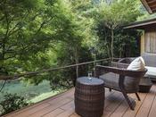 源泉かけ流し露天風呂付ガーデンスイートA(約75平米)琉球畳の上にシモンズ社製ベッドを備えた客室は、和の設えを基本に、洋室の快適さを融合した落ち着いた雰囲気。お風呂上りの素足に心地よい琉球畳、視界に広がる木々の緑が、山間ののどかな休日へ誘います。