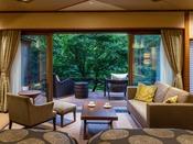 露天風呂付き ガーデン・スイートA(川沿い)川沿いに配した大きな窓とテラスから、四季折々の景観が視界にひろがります。