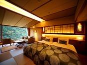芙蓉館の、清流音信川に面した和風ツインルーム。「和」の趣と「洋」の機能美を追及した、プレミアムルームです。